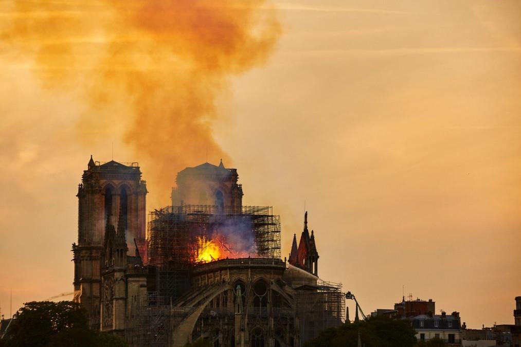 BOMBA! Ce IMAGINE a aparut in flacarile de la Notre-Dame! Oamenii sunt isterici, jura ca totul e ADEVARAT!