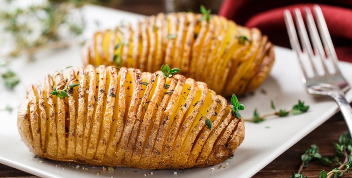 Reteta cartofi noi cu mirodenii si patrunjel. Este sezonul perfect pentru aceasta reteta