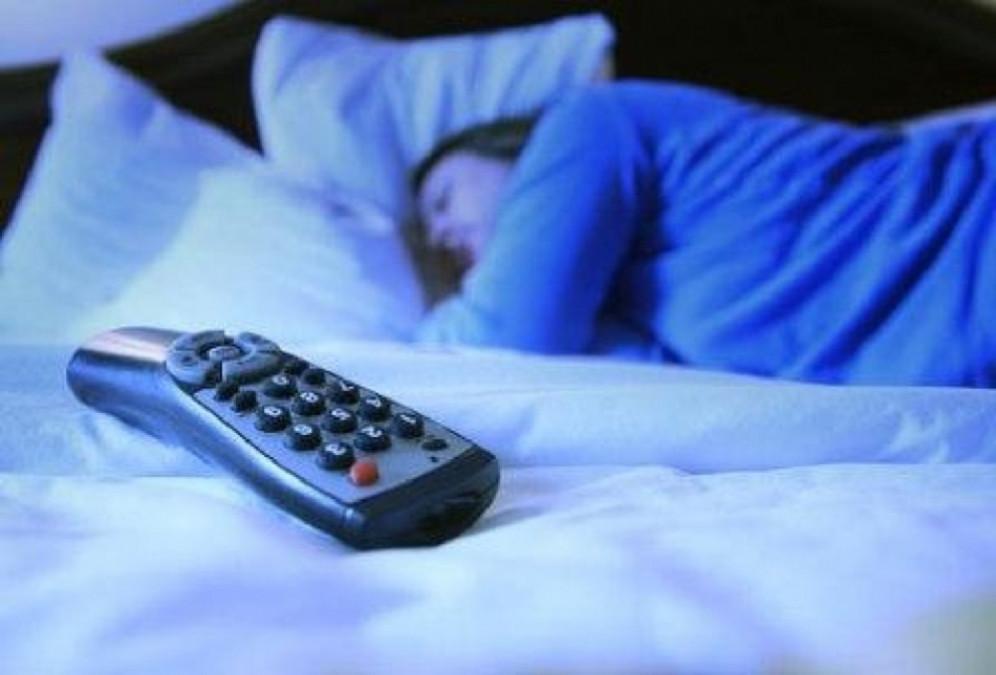 Dormitul cu televizorul aprins ingrasa femeile! Ce se intampla in camera de sunt predispuse la obezitate